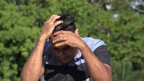 Neurotischer erwachsener hispanischer Mann stock footage