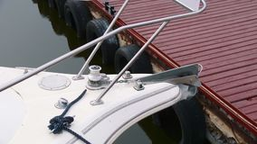 Neus van een wit jacht dat aan de pijler in het Parkeerterrein wordt vastgelegd stock footage