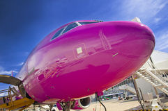 Neus van passagiersvliegtuig tijdens keerpunt bij een luchthaven royalty-vrije stock foto's