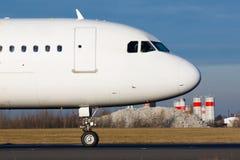 Vrije stock afbeelding het vliegtuig van de jumbojet in luchthaven