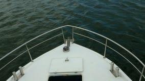 Neus van wit overzees schip of jacht, dat besnoeiingen door de golven van de Zwarte Zee stock footage
