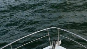 Neus van wit overzees schip of jacht, dat besnoeiingen door de golven van de Zwarte Zee stock videobeelden