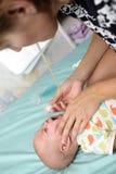 Neusaspirator voor babyjongen Stock Foto's