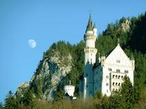 Neuschwanstein城堡和月亮 免版税库存图片