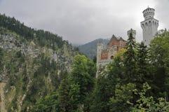 Neuschwanstein detrás de trees_horizontal Fotos de archivo