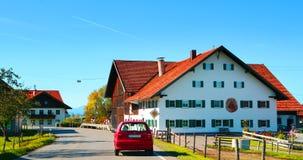 Neuschwanstein na sposobie Niemcy niebieskie niebo i białe chmury, jesteśmy dobrym pogodą obrazy royalty free