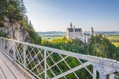 Neuschwanstein-Schloss mit Marienbrucke-Brücke bei Sonnenuntergang, Bayern, Deutschland lizenzfreies stockbild