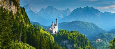 Neuschwanstein slott i sommar, Bayern, Tyskland royaltyfri foto