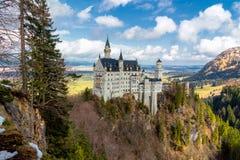 Neuschwanstein slott i vinterlandskapet, Fussen, Tyskland som byggs för konungen Ludwig II, med sc Royaltyfria Bilder
