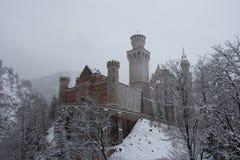 Neuschwanstein slott i vintertid mellan träd Fussen germany Royaltyfria Bilder