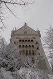Neuschwanstein slott i vintertid mellan träd Fussen germany Slapp fokus Royaltyfri Fotografi