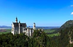 Neuschwanstein slott med berg och sjöar arkivfoto