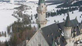 Neuschwansteinkasteel in de Winter en Standbeeld Beierse Alpen, Duitsland Lucht Mening stock video