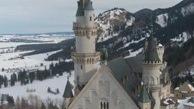 Neuschwansteinkasteel in de Winter en Standbeeld Beierse Alpen, Duitsland Lucht Mening stock videobeelden