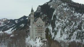 Neuschwansteinkasteel in de Winterdag Beierse Alpen, Duitsland Lucht Mening stock footage
