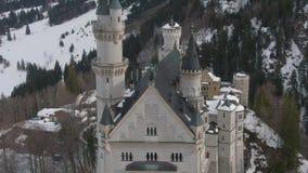 Neuschwansteinkasteel in de Winterdag Beierse Alpen, Duitsland Lucht Mening stock video