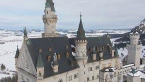Neuschwansteinkasteel in de Winterdag Beierse Alpen, Duitsland Lucht Mening stock videobeelden