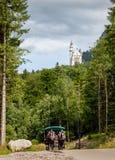 Neuschwansteinkasteel en vervoer in Beieren, Duitsland stock fotografie
