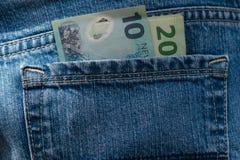 Neuseeland-Dollar in den Jeans Lizenzfreie Stockfotografie
