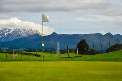 Neuseeland-Golfplatzloch mit Berg im Abstand Stockbilder