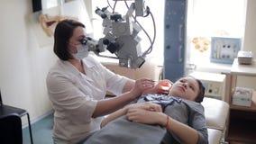 Neuslavagemethode om vloeistof over te brengen Het wassen van de baby` s neus in de kliniek De behandeling van sinusitis stock video