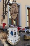 NEUSS, ΓΕΡΜΑΝΊΑ - 8 ΑΥΓΟΎΣΤΟΥ 2016: Τα σημάδια δείχνουν την ηλικία ενός ιστορικού κτηρίου Στοκ φωτογραφία με δικαίωμα ελεύθερης χρήσης