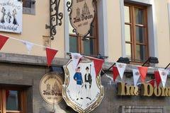NEUSS, ΓΕΡΜΑΝΊΑ - 8 ΑΥΓΟΎΣΤΟΥ 2016: Τα σημάδια δείχνουν την ηλικία ενός ιστορικού κτηρίου Στοκ εικόνα με δικαίωμα ελεύθερης χρήσης