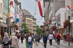 NEUSS, ΓΕΡΜΑΝΊΑ - 8 ΑΥΓΟΎΣΤΟΥ 2016: Pedestrants που περπατά κατά μήκος μιας οδού αγορών πόλεων που ψάχνει τις προσφορές Στοκ Εικόνες