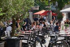 NEUSS, ALLEMAGNE - 8 AOÛT 2016 : Les visiteurs apprécient un restaurant Image libre de droits