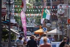 NEUSS, DEUTSCHLAND - 8. AUGUST 2016: Pedestrants, das entlang eine Stadteinkaufsstraße geht Lizenzfreies Stockbild