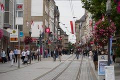 NEUSS, DEUTSCHLAND - 8. AUGUST 2016: Pedestrants-Weg entlang einer Stadteinkaufsstraße, die nach Angeboten sucht Lizenzfreie Stockfotos