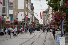 NEUSS, GERMANIA - 8 AGOSTO 2016: Passeggiata di Pedestrants lungo una strada dei negozi della città che cerca le offerte Fotografie Stock Libere da Diritti