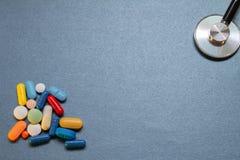 Neutraal blauw bureau met sommige medische werktuigen stock fotografie