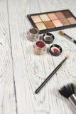 Neutrala ögonskuggor, pigment, blänker, borstar och eyeliner Fotografering för Bildbyråer