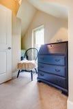Neutralni kolory izbowi z nieociosanym krzesłem i gabinetem Fotografia Royalty Free