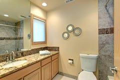 Neutralny łazienka projekt Z zieleń marmuru płytką zdjęcie stock