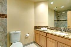 Neutralny łazienka projekt Z zieleń marmuru płytką obraz stock