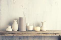 Neutralt färgade vaser och stearinljus som den hem- dekoren arkivbild