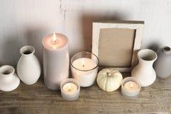 Neutralt färgade vaser och stearinljus som den hem- dekoren arkivfoton