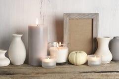 Neutralt f?rgade vaser och stearinljus som den hem- dekoren arkivbild