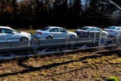 Neuwagen auf einem Güterzug lizenzfreie stockfotografie
