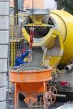 Neuwied, Alemania - 1 de febrero de 2019: un camionero completa el mortero fuera de su camión del mortero a un silo de cemento foto de archivo