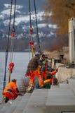 Neuwied, Duitsland - Februari 1, 2019: de bouwvakkers bevestigen een stap van een trap op de waterkant van een rivier stock afbeeldingen