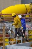 Neuwied, Duitsland - Februari 1, 2019: de bouwvakkers vullen mortier in pre-cast segmenten op een bouwterrein stock foto's