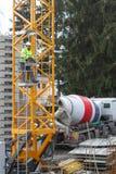 Neuwied, Duitsland - Februari 1, 2019: een kraanmachinist drijft zijn kraan met een afstandsbediening aan stock foto's