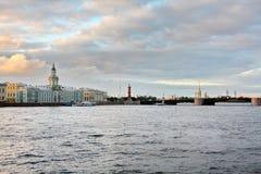 Neva e St Petersburg na noite Imagens de Stock