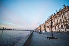 Neva Embankment, die Einsiedlerei in St Petersburg stockbilder