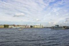Neva flod, hus och klar himmel fotografering för bildbyråer