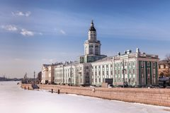 Neva flod i vinter, invallning av den Vasilevsky ön, helgonhusdjur Arkivbild