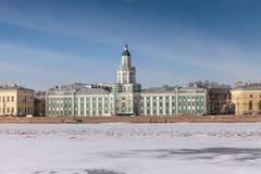 Neva flod i vinter, invallning av den Vasilevsky ön, helgonhusdjur Arkivfoton